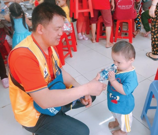 Lions Give Supplies and Smiles to Children in Need